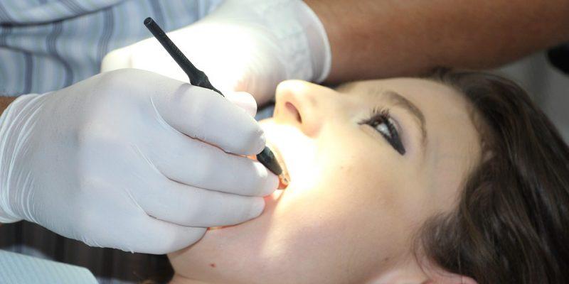 Prothèses dentaires et implants avec un professionnel